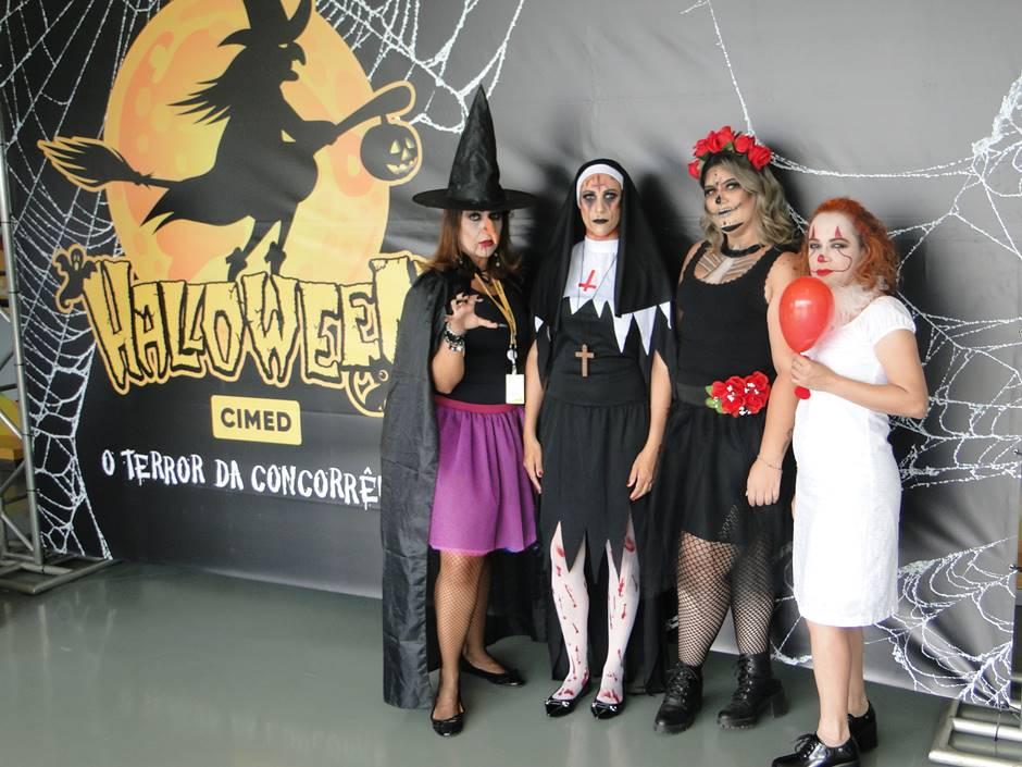 Foto de pessoas com fantasias de Halloween.