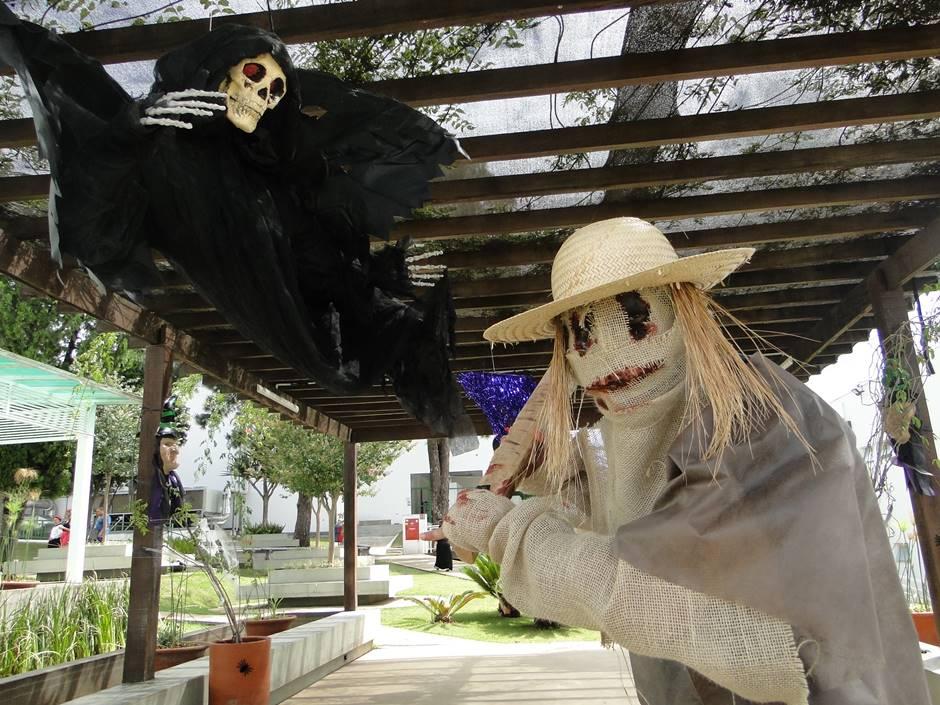 Foto de pessoa com fantasia de Halloween.