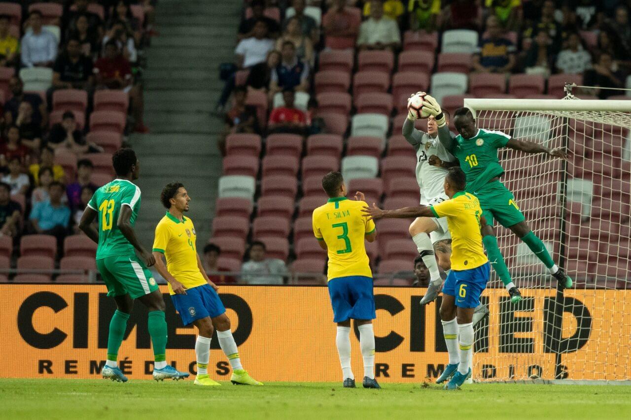 Foto de jogadores da Seleção Brasileira em campo.