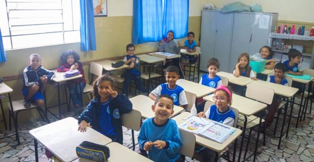 Imagem de crianças em sala da Creche Foch.