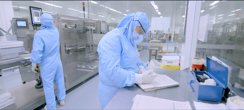 Imagem de pessoas trabalhando em laboratório.