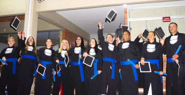 Imagem de graduandos em formatura.