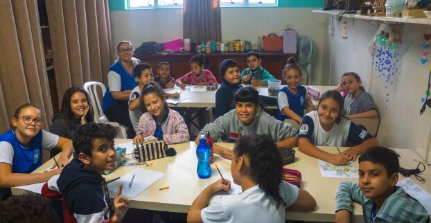 Imagem de crianças em sala do Projeto Zoé de Castro Marques.