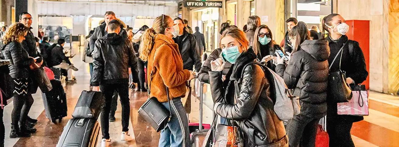 Estação de trem em Florença, pessoas com máscaras
