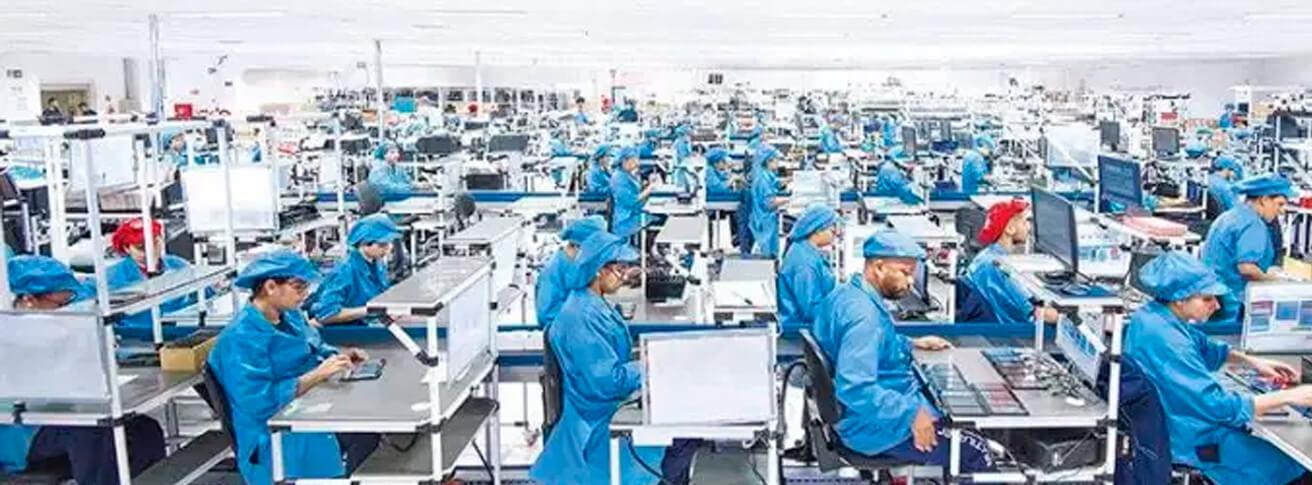 Foto de pessoas trabalhando em Fábrica da Multilaser