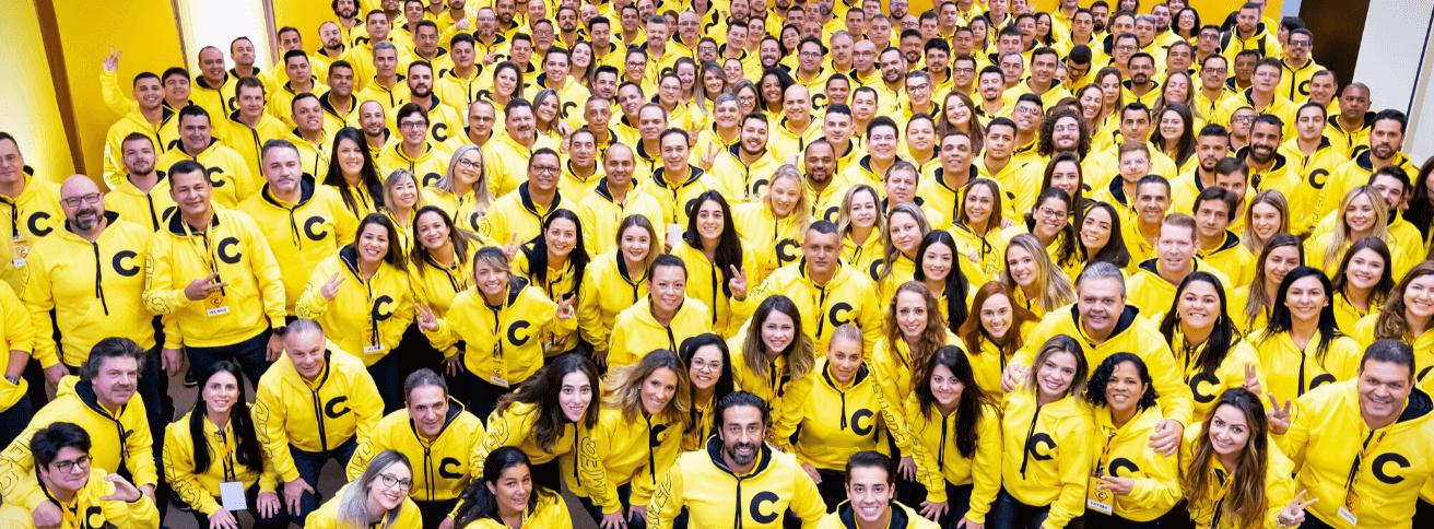 Imagem de funcionários com uniforme amarelo da Cimed.
