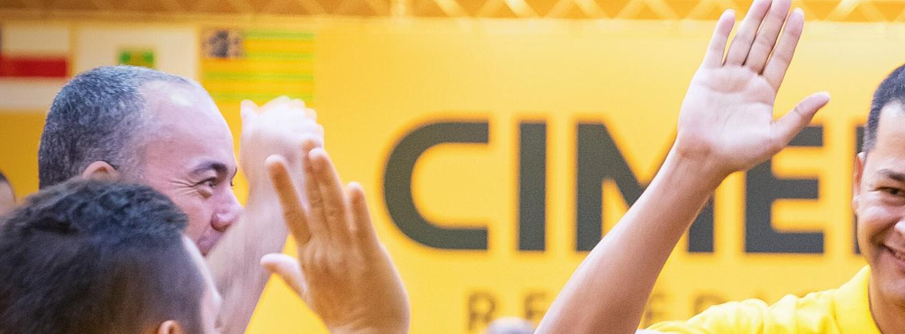 Imagem de vendedores da Cimed tocando as mãos.